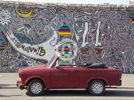 Berlin East Side Gallery Trabi Friedrichshain